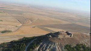 Tierra de Campos de fondo con el castillo de Torremormojón