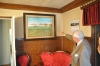 La casa de Alfredo Rodríguez. Señala el cuadro en el que aparece su palomar. Debajo, el sofá en el que se sentó Isabel II cuando fue a inaugurar el Canal del Duero.