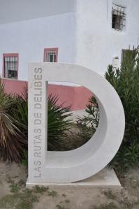 Monolito de las Rutas de Delibes. Foto: Jorge Urdiales.