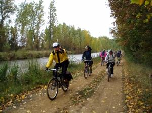 Ciclistas por el Canal de Castilla. Foto: Diputación de Palencia.