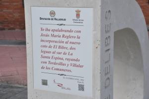 Detalle del monolito de la D de Delibes en Villalar. Foto: Jorge Urdiales